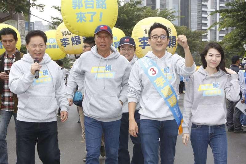 郭台銘(左二)2024年的動向,要先看子弟兵李縉穎(右二)立委選戰的結果。(郭晉瑋攝)