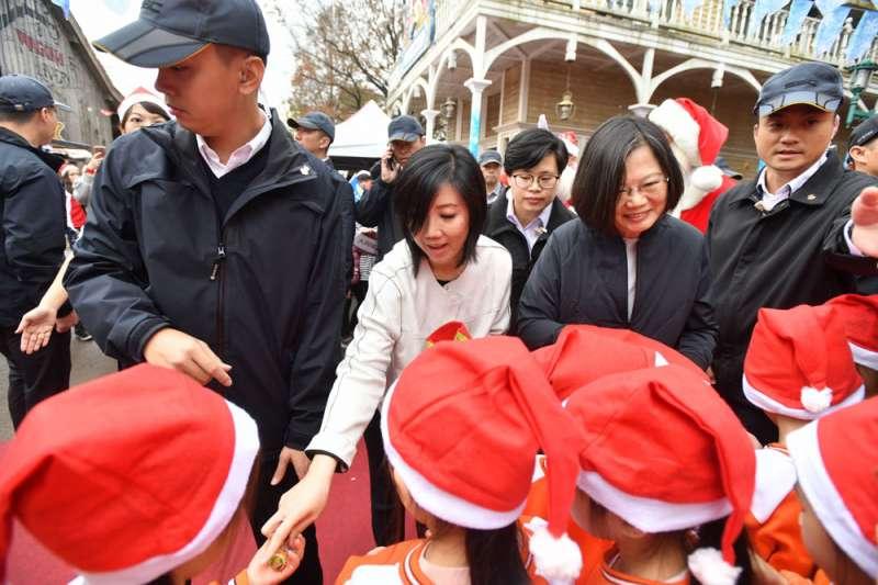 六福的營運在莊豐如(左二)領導下已好轉,集團活動更邀請總統蔡英文(右二)同樂。(六福旅遊集團提供)