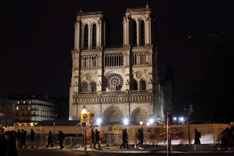巴黎聖母院今年歷經4月大火,因為建築本體脆弱與含鉛粉塵存留,往年聖誕彌撒改自附近教堂舉行,也是這座法國地標自18世紀末法國大革命結束後,首度停辦耶誕彌撒。(AP)
