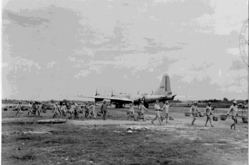 從軍事與後勤角度來看,中國戰場並不是空襲日本本土的最完美基地。將 B-29部署到成都是一個政治考量多於軍事考量的決定,就是鼓舞國府的抗敵意志並確保國共兩軍團結對日作戰。(美國國家檔案館)