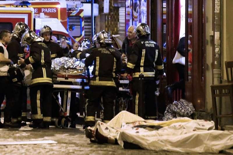 2015年11月13日深夜,法國巴黎遭遇該國近代最嚴重的恐怖攻擊,造成137人死亡(美聯社)