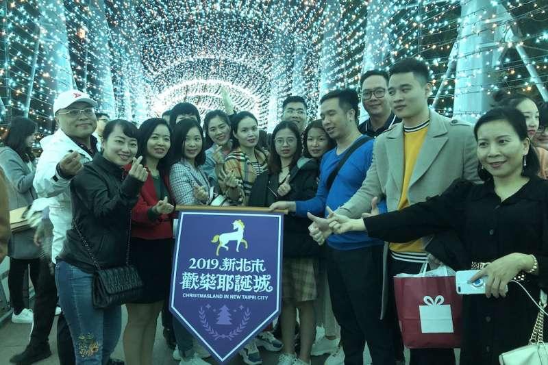「越竹航空」河內首航踩線團特別指定來訪享譽國際的「新北市歡樂耶誕城」,欣賞超震撼的「雙塔一樹」耶誕燈飾。  (圖/新北觀旅局提供)