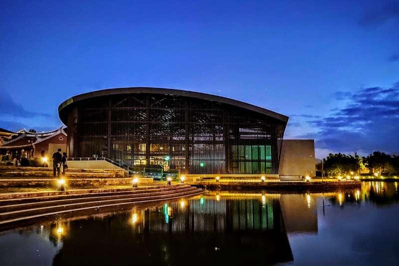 臨水劇場以傳承轉化的概念,擷取傳統「演藝大棚」的竹構與開放特色,成為現在通透設計的全新樣貌。(圖/宜蘭傳統藝術中心提供)