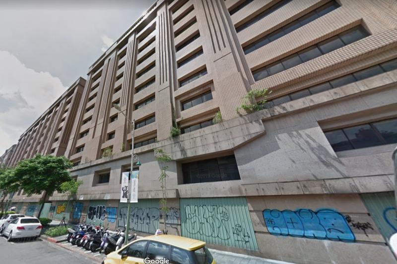 閒置多年,位於台北市第一殯儀館旁,由前福全醫院院長林賢喜家族擁有的建國北路三段大樓,在閒置多年後,近來將搖身一變將成為結合結合青創與包租代管的空間。(取自GOOGLE 街景地圖)