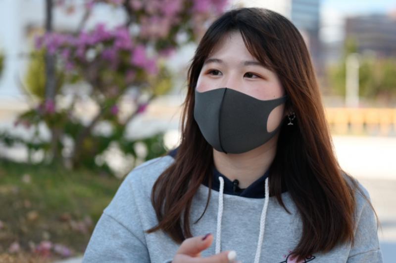 父母20多年前從中國內地移民來港的Amy,是位大學生,20歲,運動開始後便找任何機會出來抗議,並非衝在一線的勇武派。(美國之音)