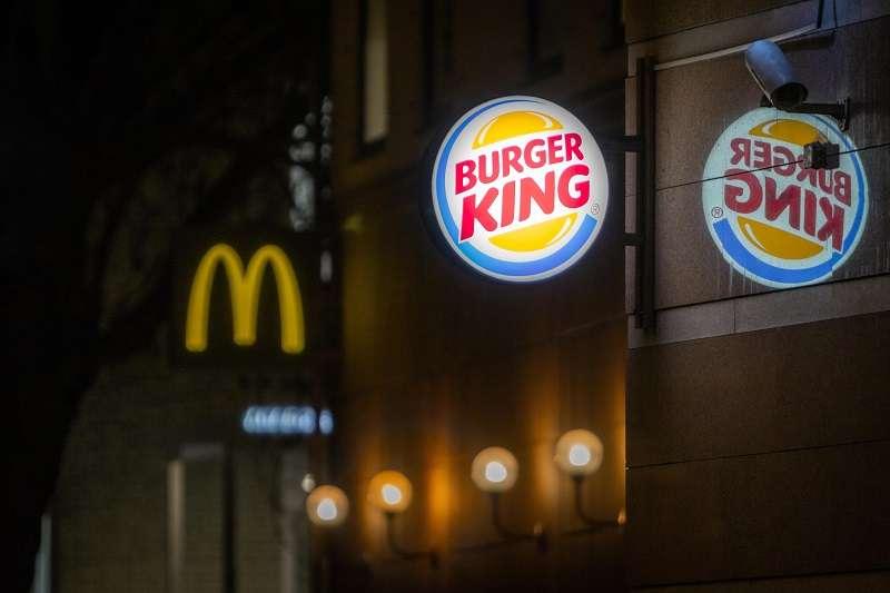 台灣漢堡王日前發起憑麥當勞、肯德基發票,可以兌換免費漢堡的活動,讓網友們不解為什麼要幫對手衝業績?(圖/unsplash)
