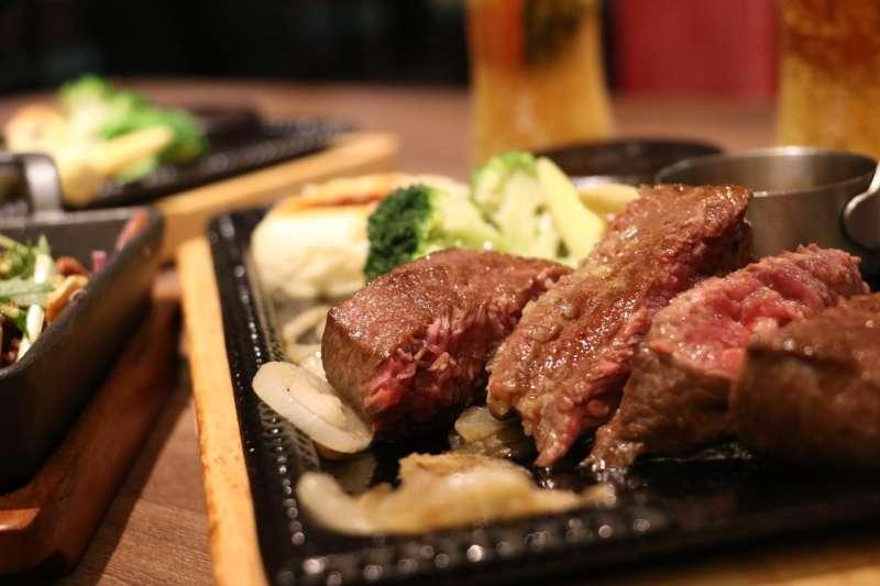東京火紅的「熱石」,讓台灣人習以為常的牛排又多出更多變化與風味。(攝影 / 風傳媒)