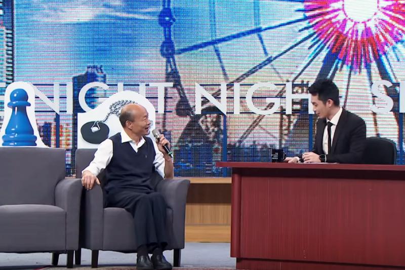 國民黨總統候選人韓國瑜(左)日前參加網路節目《博恩夜夜秀》後獲得廣大迴響,國民黨青年部副主任詹為元建議,韓國瑜應想辦法突破同儕間的壓力,吸引年輕選票。(取自《博恩夜夜秀》影片)