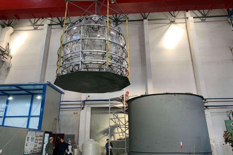 中國建造超大玻璃球,求解「幽靈粒子」之謎。為確保12層樓高大球的設計安全無誤,科研人員先造出直徑3米的小球,進行模擬實驗。(新華社)