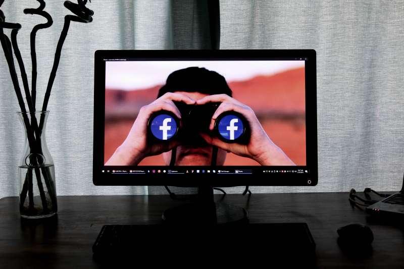 社群媒體與串流平台在2010年代滲透入所有人的生活,帶來意想不到的社會巨變。(Glen Carrie@Unsplash)