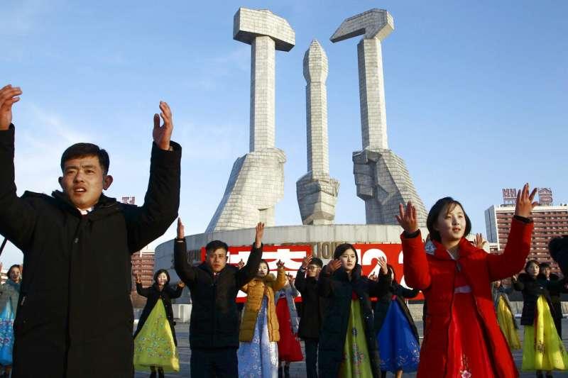 北韓平壤的民眾與朝鮮勞動黨的創建紀念塔。(美聯社)