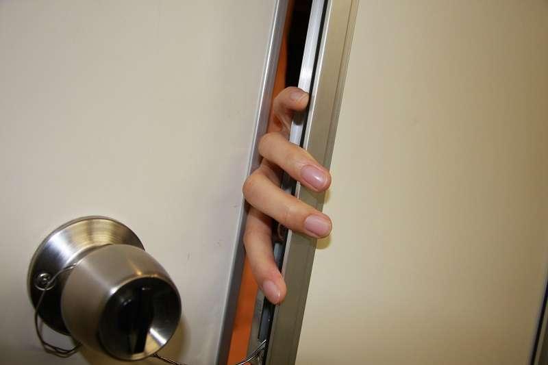 如果不小心被門夾到手,該怎麼處理才妥當?(圖/photo-ac)