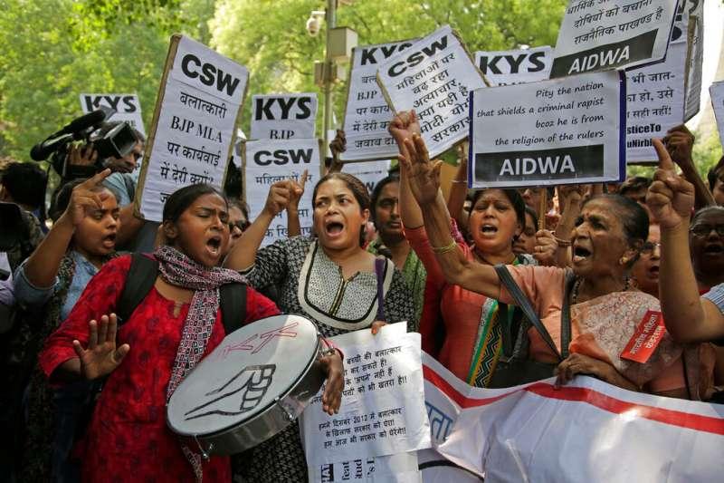 2018年4月12日,印度民眾集結抗議人民黨議員辛格,涉性侵17歲少女。(AP)