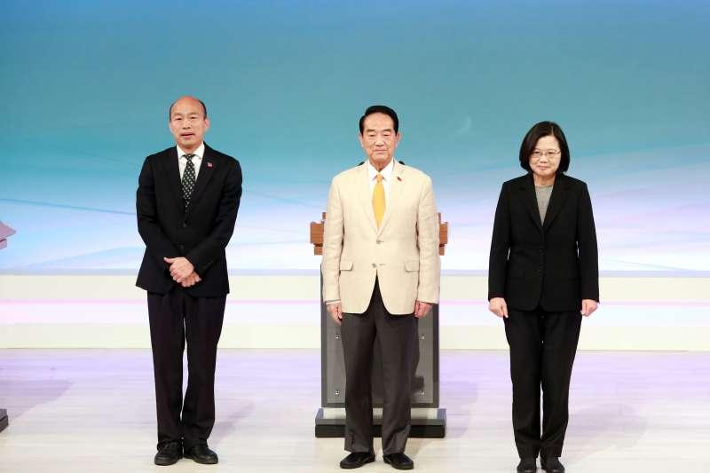 總統選舉日即將到來,筆者指出,台灣的海外僑胞多對此次選舉相當關切,世界主要國家對台灣的討論也急劇升高。左起為國民黨總統候選人韓國瑜、親民黨總統候選人宋楚瑜、總統蔡英文。(資料照,台北市攝影記者聯誼會提供)