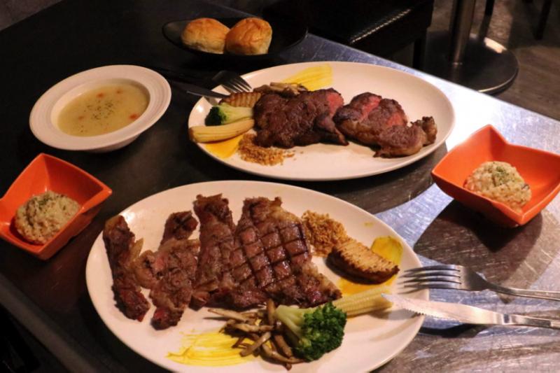 「超越原味炭烤牛排」主打平價、原味、炭烤牛排,吃得到牛排最原始的味道。(圖/風傳媒攝)