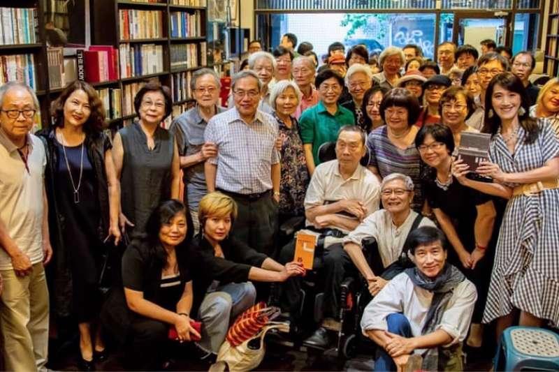 2019年6月15日尉天驄(中坐者)於新書分享會現場與眾文友合影(舊香居提供)