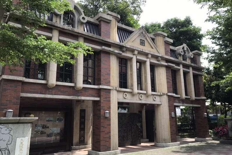 蔣渭水紀念公園內的紀念牌樓,仿照當年蔣渭水生活之迪化街巴洛克建築風格。(圖/何志偉立委辦公室)