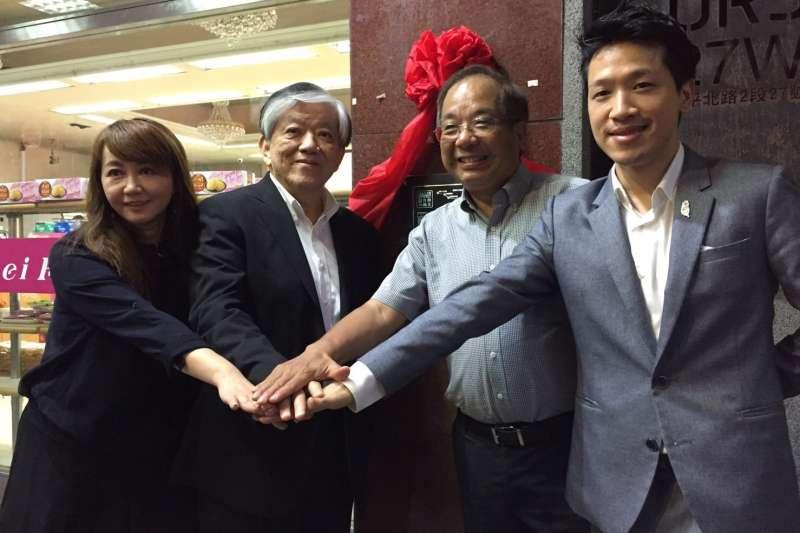 何志偉(右)催生台北的兩條「自由之路」,時任台北市觀傳局長的簡余晏(左)大力促成,義美總經理高志明(左二)也響應。