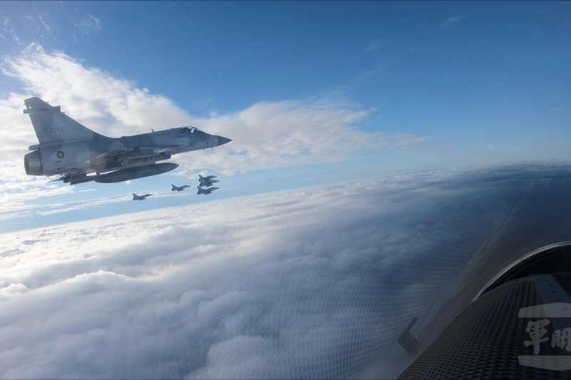 花蓮、新竹、屏東3地的元旦升旗典禮將有空軍三型主力戰機F-16、幻象2000、IDF經國號進行衝場。圖為幻象2000空中編隊。(資料照,軍聞社)