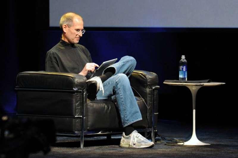 蘋果創辦人賈伯斯逝世將近十年,但他在世時推出蘋果產品卻仍有多人愛用(圖取自網路)