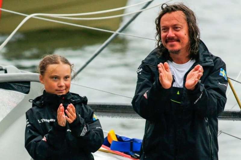 通貝里的父親斯萬特(圖右)早前陪同自己的女兒,乘坐一艘帆船前往紐約出席聯合國氣候變化大會。(BBC中文網)