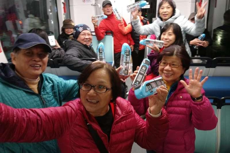 迎接2020的跨年時刻,淡海輕軌通車為疏運跨年人潮,自12月31清晨6時開始至109年1月1日24時止,營運42小時不打烊。  (圖/新北捷運公司提供)