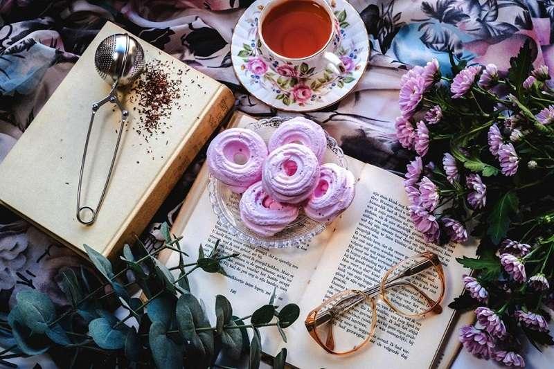 英國仿效法國所製作的陶瓷、花布。充滿花朵印花的瓷器,正是法國洛可可的代表之一。(圖/瘋設計)