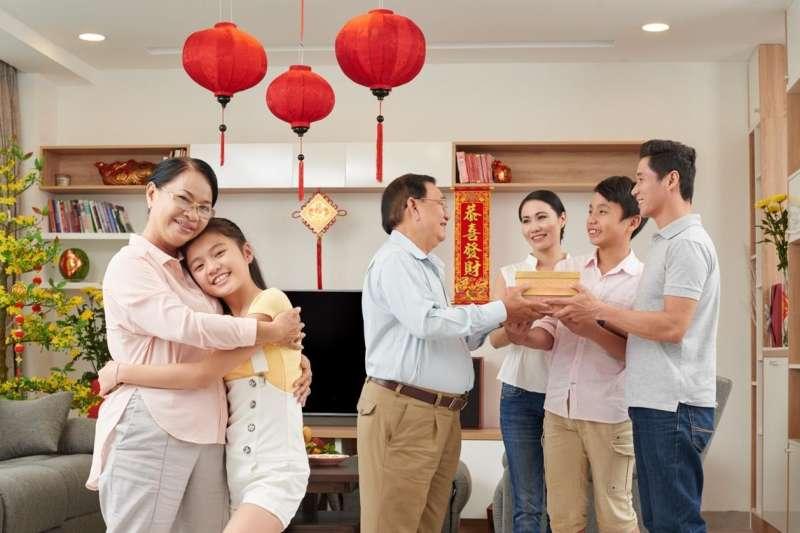 新傢俱讓客廳煥然一新、增添話題,與親友們一同感受新年新氣象。(圖/Shutterstock)