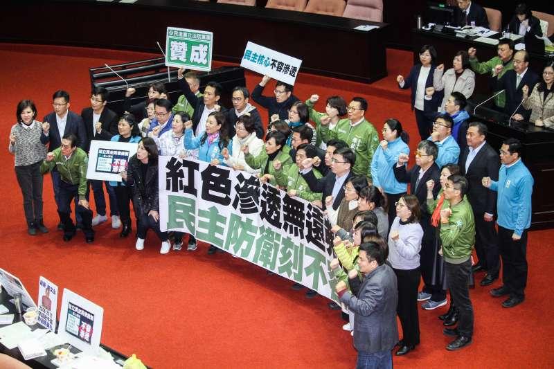 20191231-立法院9屆8會期15次會議對「反滲透法」三讀通過,民進黨團表達慶祝成功。(蔡親傑攝)