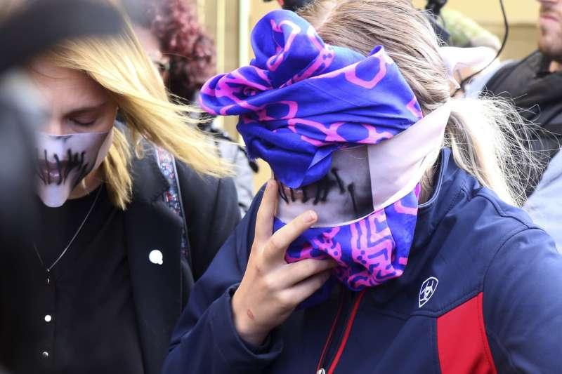英國19歲女孩指控,自己在賽普勒斯渡假時遭到12名以色列青年集體性侵,30日出庭(美聯社)