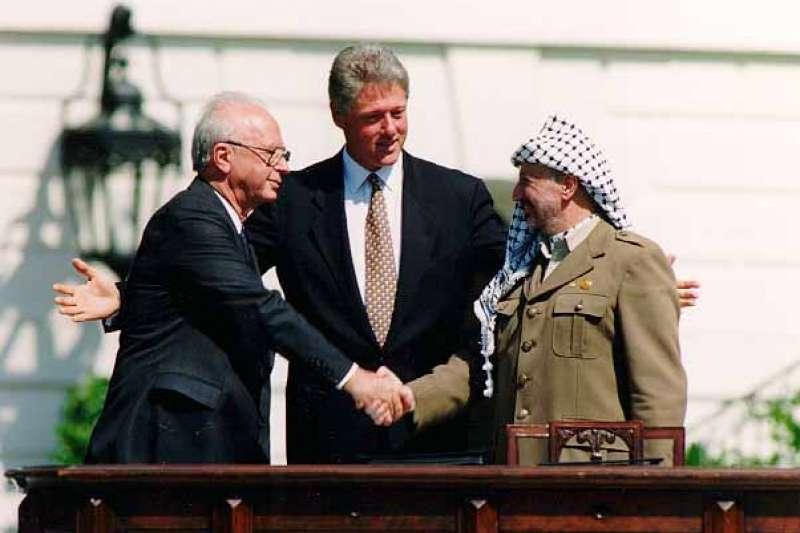 拉賓、美國總統比爾·柯林頓和巴解主席阿拉法特1993年9月13日達成奧斯陸協議的一刻。(圖/維基百科)