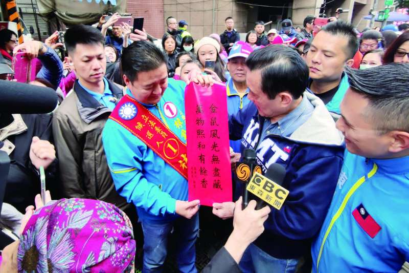 馬英九(中右)手寫春聯為藍營候選人引來爆量人氣。(翻攝自馬英九臉書)