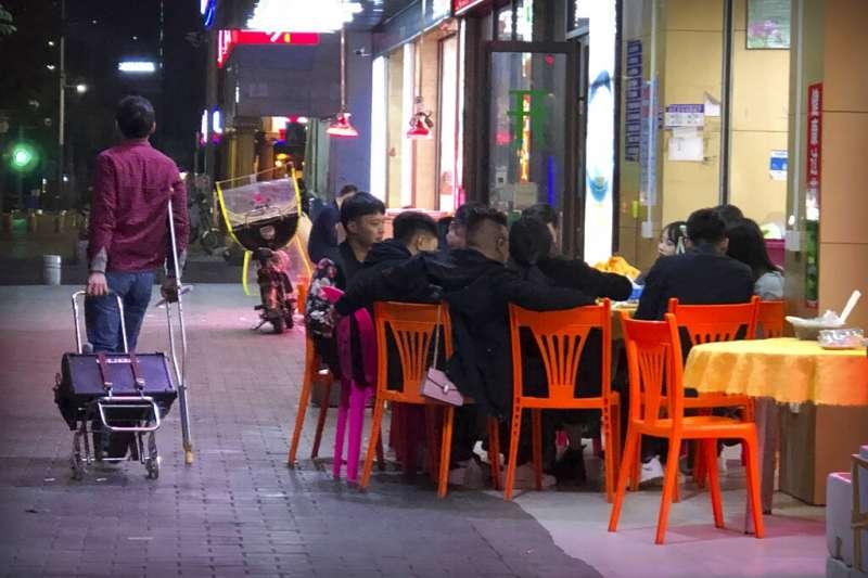 深圳路邊的小吃攤。(美聯社)