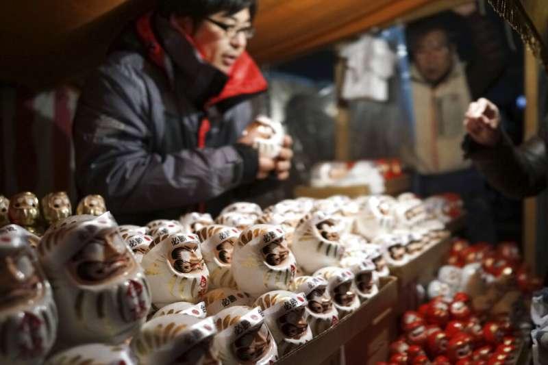 賣達摩不倒翁的日本店家。(美聯社)