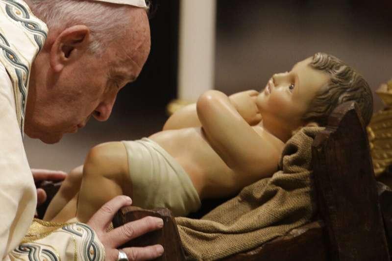 2019年12月31日,天主教宗方濟各在梵蒂岡主持晚禱,低頭親吻耶穌雕像。(AP)