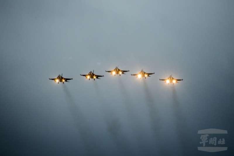 20200101-迎接新年,5架IDF經國號戰機在墾丁衝場。(取自軍聞社)