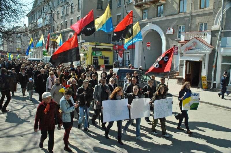 抗議俄羅斯的烏克蘭民眾,高舉著烏克蘭國旗與二戰期間的烏克蘭起義軍軍旗上街。烏克蘭起義軍因為在二戰時與納粹德國有過合作,被視為法西斯復辟的象徵。(照片來源:Mykola Vasylechko)