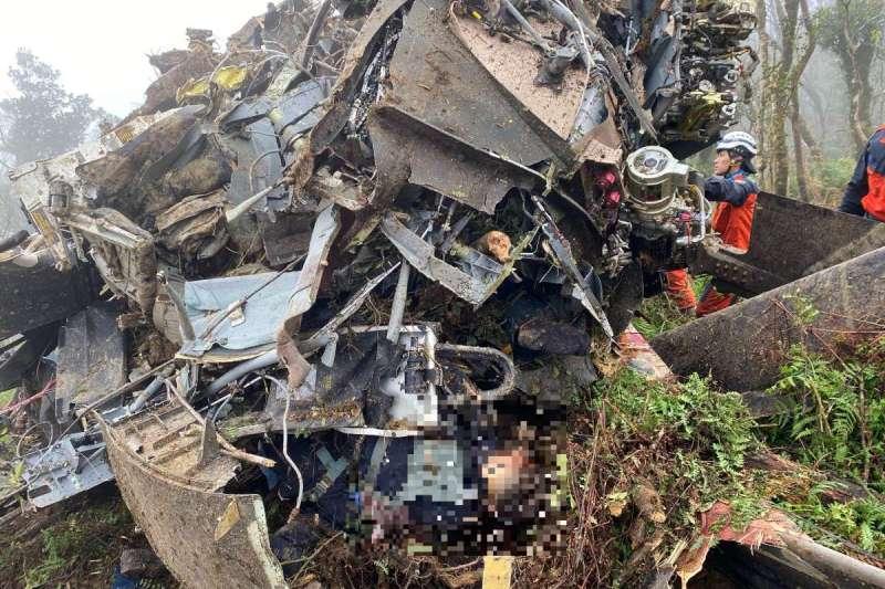 國軍黑鷹直升機2日於新北市烏來山區失事,座位位於前2排的乘客、機組員皆罹難。(新北市消防局提供)