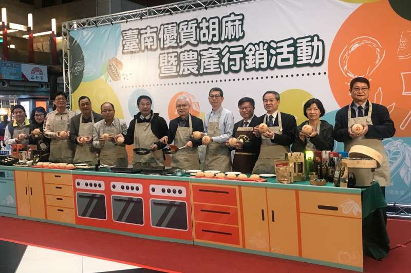 黃偉哲市長歡迎大家來台南吃更多芝麻,買更多芝麻相關產品。(圖/鄭夢華攝)