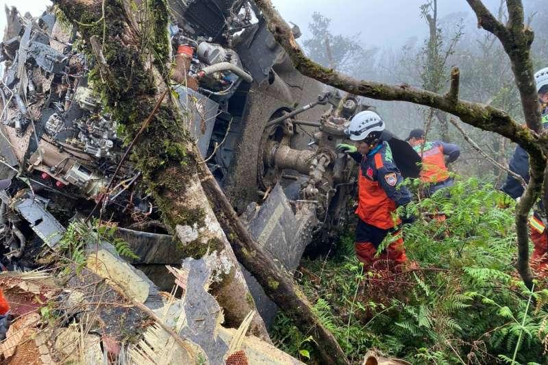 國軍2日傳出重大意外,一架黑鷹直升機於烏來山區失事,情報次長室少將助次洪鴻鈞也不幸罹難。(宜蘭縣消防局提供)