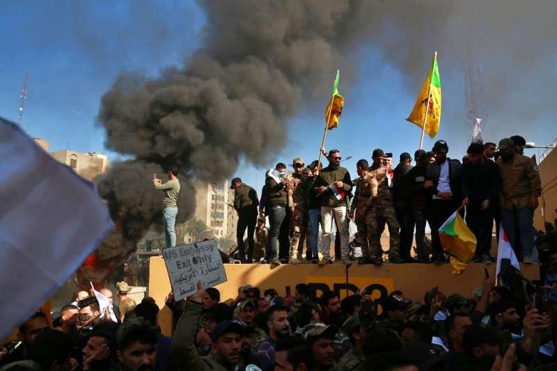2019年12月31日,伊拉克抗議民眾包圍並攻擊美國駐伊拉克大使館。(美聯社)