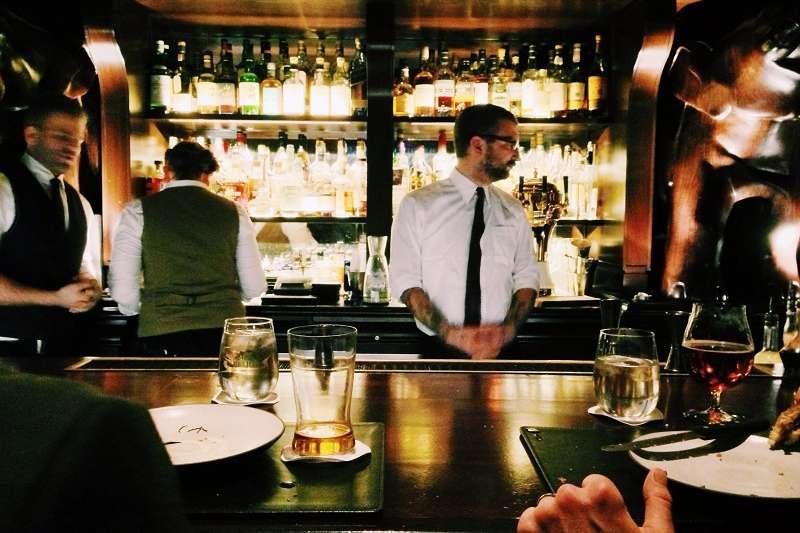 來到外國的酒吧,該怎麼跟調酒師說明自己的需求呢?(圖/unsplash)