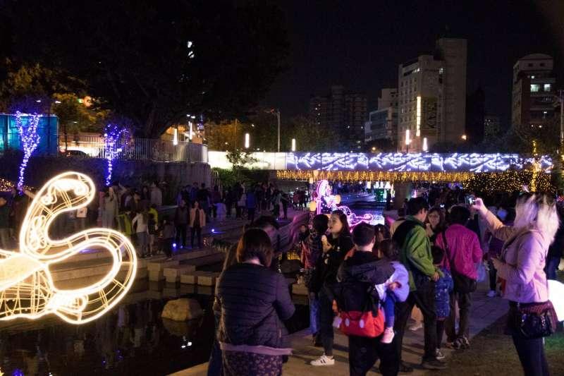 台中耶誕夢想世界打造迪士尼經典燈飾,元旦為展期最後一天,民眾把握機會參觀。(圖/台中市政府提供)