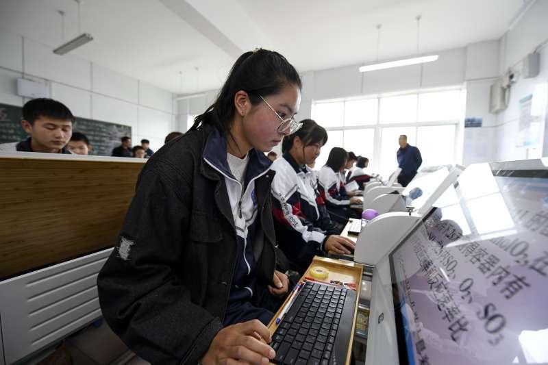 寧夏固原市涇源縣高級中學的學生在智慧雲教室學習。(新華社)