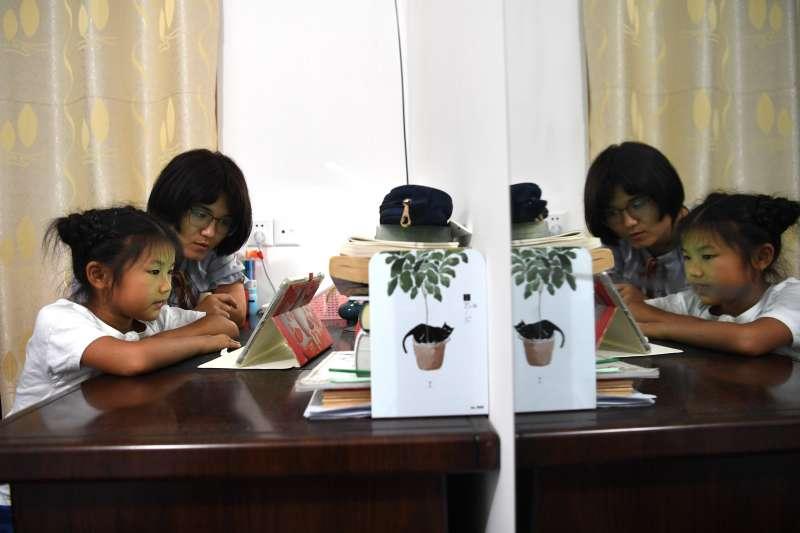 張清語在媽媽徐曉嬋的指導下進行線上英語學習。(新華社)
