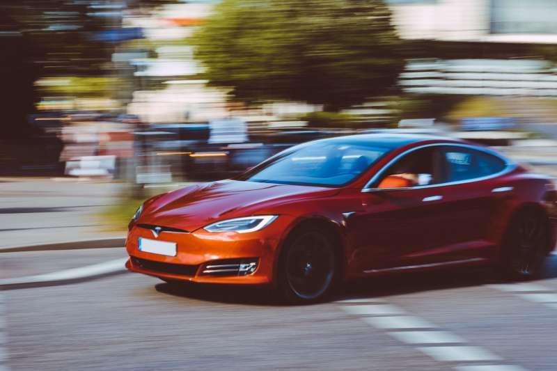 美國全國運輸安全委員會(NTSB)在二月底對特斯拉(Tesla)的自駕系統,提出嚴厲批評。調查指出,特斯拉離無人駕駛還有一大段距離。(圖/Unsplash)