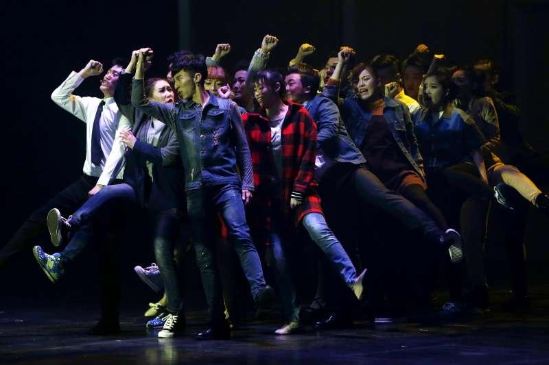 太原市歌舞雜技團原創音樂劇《至少有十年我不曾流淚》在上海文化廣場上演。(新華社)