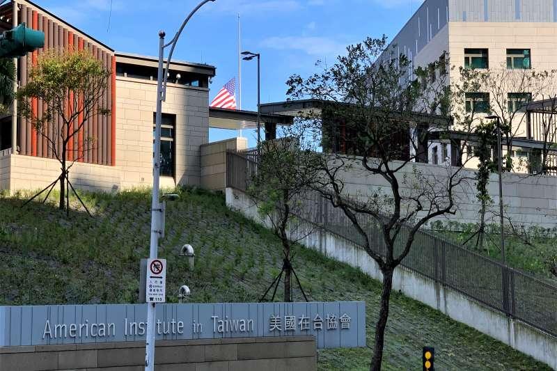 2020年1月3日,美國在台協會(AIT)內湖新館降半旗向我國參謀總長沈一鳴8名黑鷹失事殉職者致哀(簡恒宇攝)