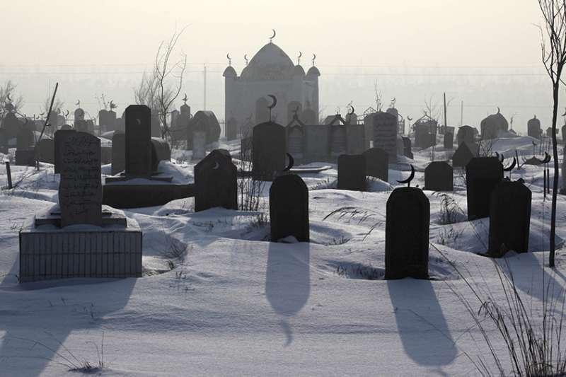 新疆烏魯木齊郊區一處維吾爾族墓地。(AP)