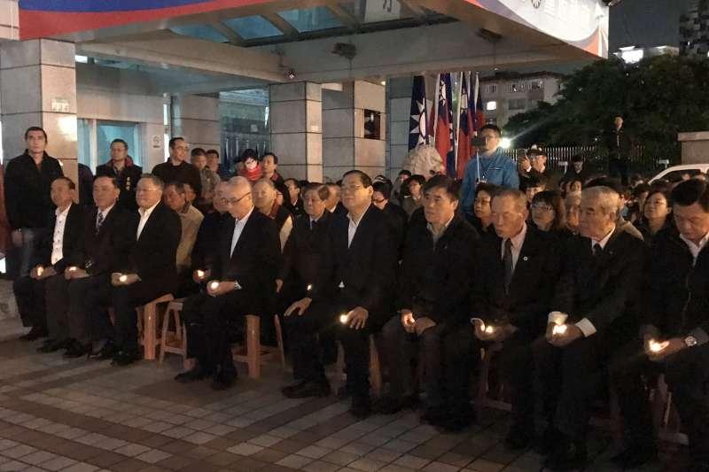 20200103-國民黨2、3日在黨部前舉行追思紀念會,主席吳敦義(前排左四)致詞時數度落淚。(國民黨提供)